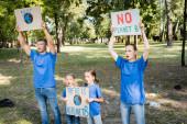 rodina dobrovolníků křičí, zatímco drží plakáty s globem a bez nápisu planety b, ekologie koncept