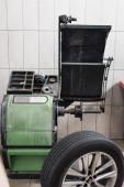 Radwuchtmaschine in moderner Werkstatt