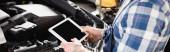 částečný pohled mechanika držícího digitální tablet v blízkosti motorového prostoru, banner