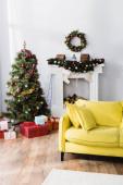 zabalené dárky pod zdobený vánoční stromeček v moderním obývacím pokoji