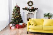 zabalené dárky pod vánoční stromeček v zdobeném a moderním obývacím pokoji