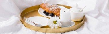 Ayçöreği ve üzümler mumların yanında kahvaltı tepsisinde yatak odasında, pankartta