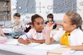 Selektivní zaměření psaní multietnických školaček na notebooky během výuky ve třídě, ilustrace ikon