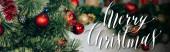 díszített fenyő ágak piros golyók közelében boldog karácsonyi felirat, banner