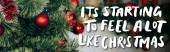 zdobené borové větve s červenými míčky v blízkosti to začíná cítit hodně jako vánoční nápisy, banner