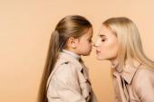 oldalnézetben anya és gyerek megérinti orr elszigetelt bézs