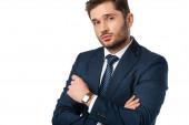 mladý podnikatel se zkříženými pažemi při pohledu na kameru izolované na bílém