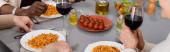 částečný pohled na multikulturní a seniorské přátele, kteří spolu mají vynikající oběd, banner