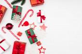 vrchní pohled na dárkové krabice, dekorativní sněhové vločky, sušenky ve tvaru hvězdy a candy canes na bílém pozadí