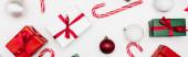 webová stránka záhlaví dárkových krabic, vánočních míčků a cukrovinek na bílém pozadí