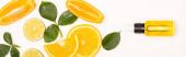 vrchní pohled na oranžové plátky a listy růží v blízkosti láhve s citrusovou esencí na bílém, banner