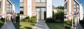 Fotografie Collage aus modernem Haus, glücklichem Paar, das vorläuft und Mann mit Schlüsselanhänger mit verkauftem Schriftzug, Banner
