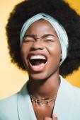 rozzlobený africký americký mladý žena v modrý stylový outfit křičí izolované na žluté