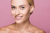 usmívající se krásná blondýnka s perfektní pletí izolované na růžové