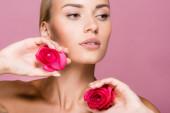 krásná blondýnka s růžovými květy izolované