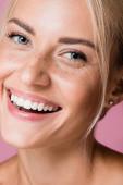 mosolygós gyönyörű szőke nő szeplők elszigetelt rózsaszín