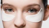oříznutý pohled na ženu s páskou přes oko na tváři