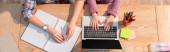 Vágott kilátás lánya gépelés laptop közelében anya íróasztal írószer, banner