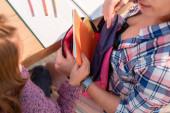 Nagy látószögű kilátás lánya üzembe fénymásolás könyv hátizsák közelében anya és íróasztal elmosódott előtérben