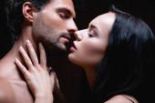 oldal kilátás fiatal pár csók csukott szemmel elszigetelt fekete