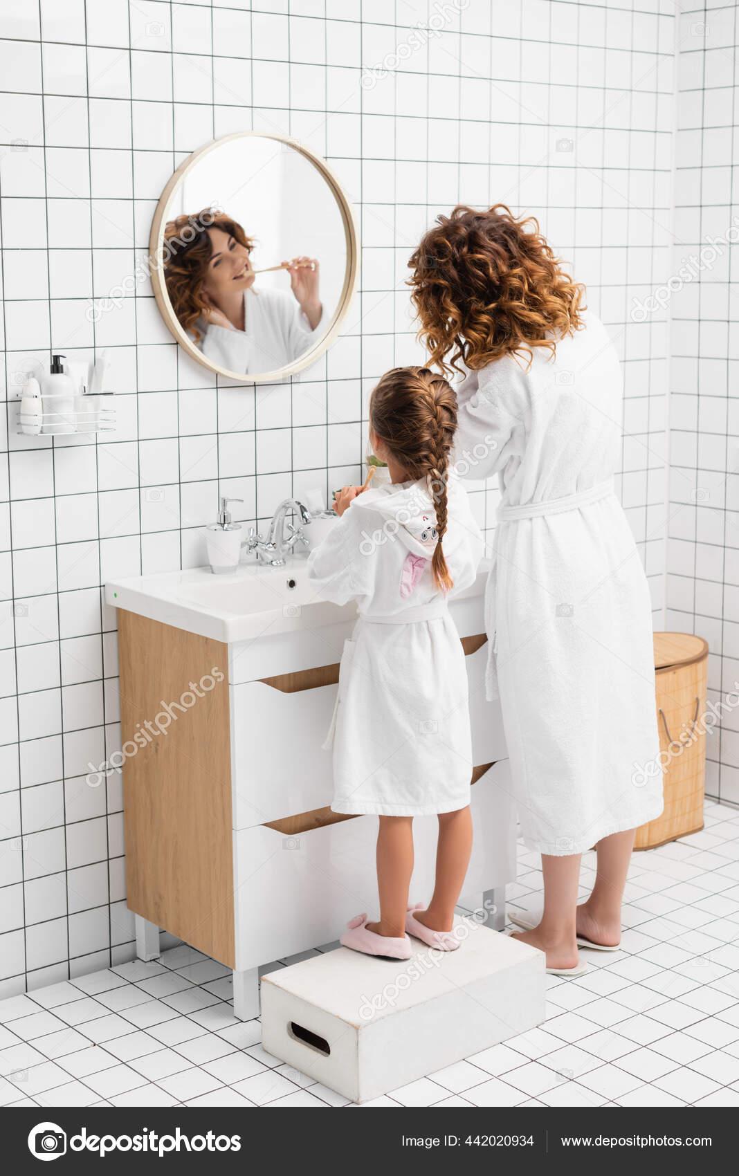 Фитоняшка с интим стрижкой делает эротичные селфи перед зеркалом