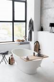Interiér moderní koupelny s bílou vanou
