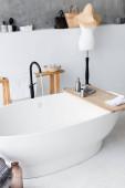Toaletní potřeby na dřevěném podnose na vaně doma