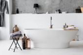 Interiér moderní koupelny s dekorativními láhvemi