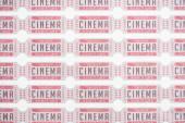 pozadí z řad vstupenek do kina na bílém, horní pohled