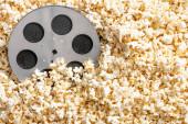 top view film tekercs ízletes popcorn, mozi koncepció