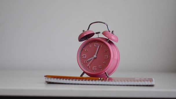 Mladá dívka otáčení budík - pozdě do školy