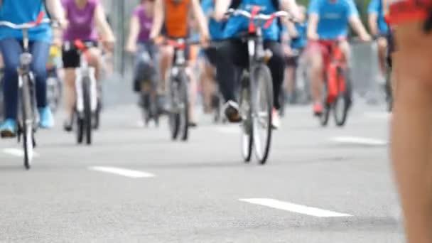 Skupina cyklista na kole závod