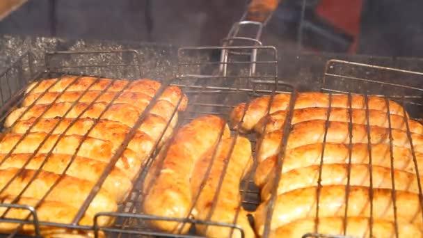 párky na grilu