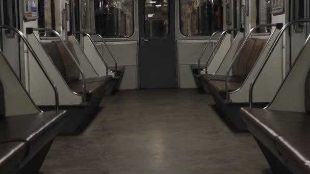 Metro, prázdný kočár