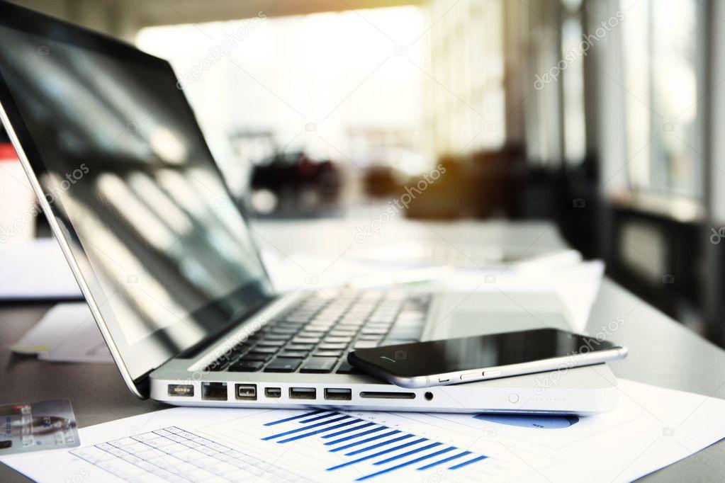 Buro Arbeitsplatz Mit Laptop Am Tisch Gegen Die Fenster Stockfoto