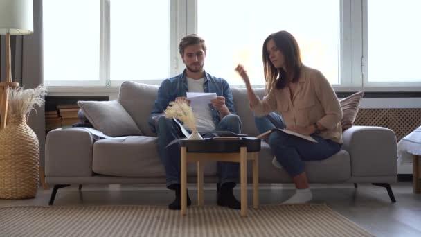 Frustriertes junges erwachsenes Paar fühlt sich wegen hoher Hypothekenzinsen gestresst