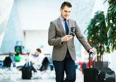 Fényképek Üzletember smartphone repülőtéren
