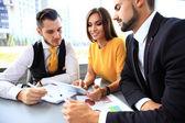 üzleti partnerek megvitatása dokumentumok