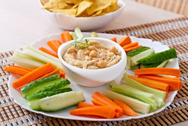 Hummus with vegetables, olive oil and pita chips