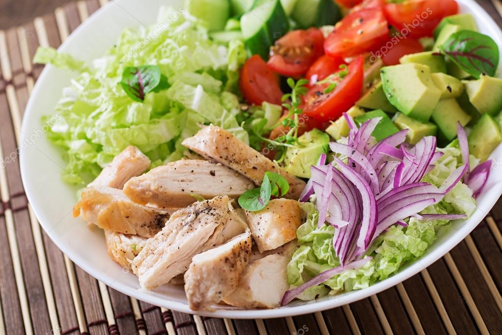 Диетический салат с курицей помидорами и огурцами