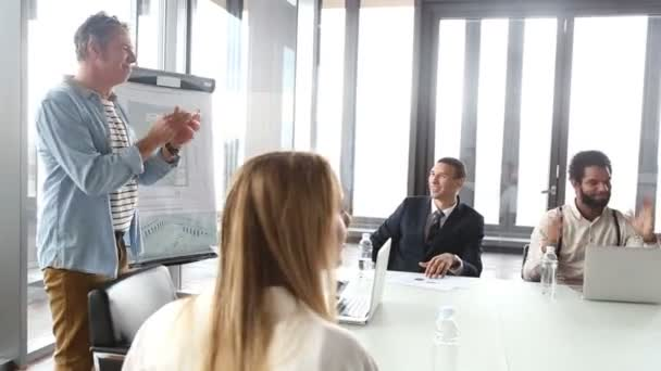 colleagues clapping on a meeting