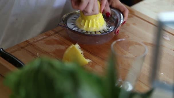 žena mačkala citron