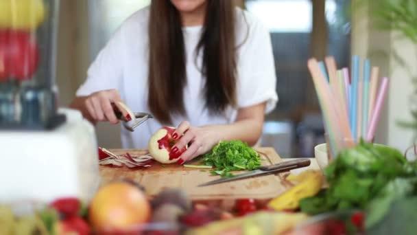 Žena peeling jablko