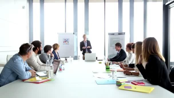 podnikatelka diskusi na setkání