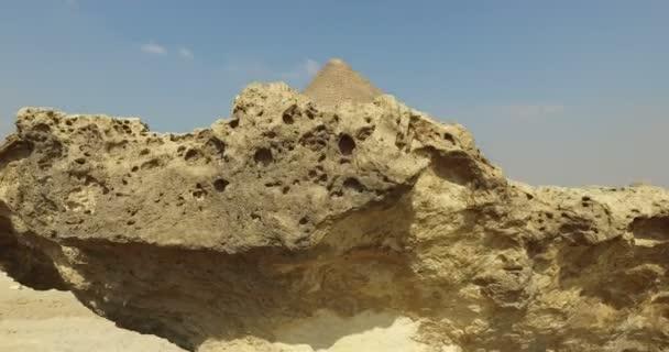 Turistů kolem Velké pyramidy v Gíze