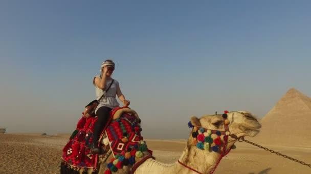 Žena na koni velbloud
