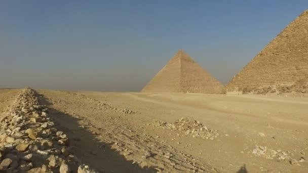 Turisté před Menkaure pyramidy v Gíze