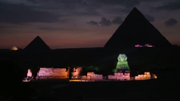 pyramidy během noci světelnou show v Gíze