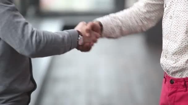 reklamních vedoucích potřesení rukou