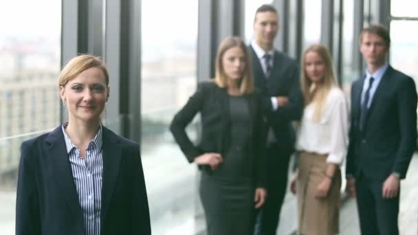 Portrét blondýna podnikatelka s úsměvem